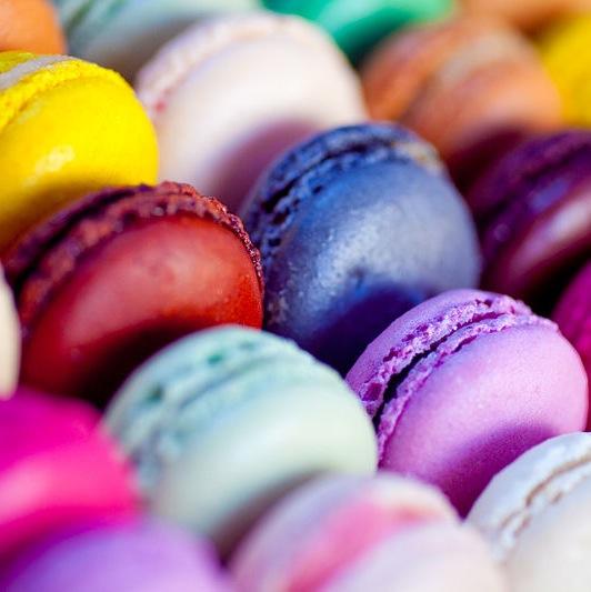 800px-Multi-coloured_macarons_September_2010