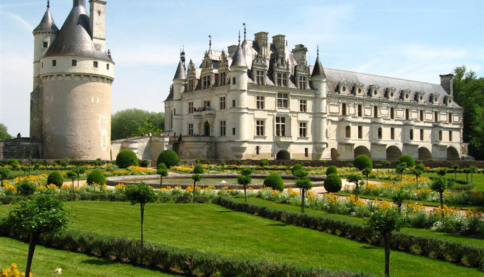 Château_de_Chenonceau_-_west_view_from_Catherine_de_Medici_Gardens_1a_(4_May_2006)