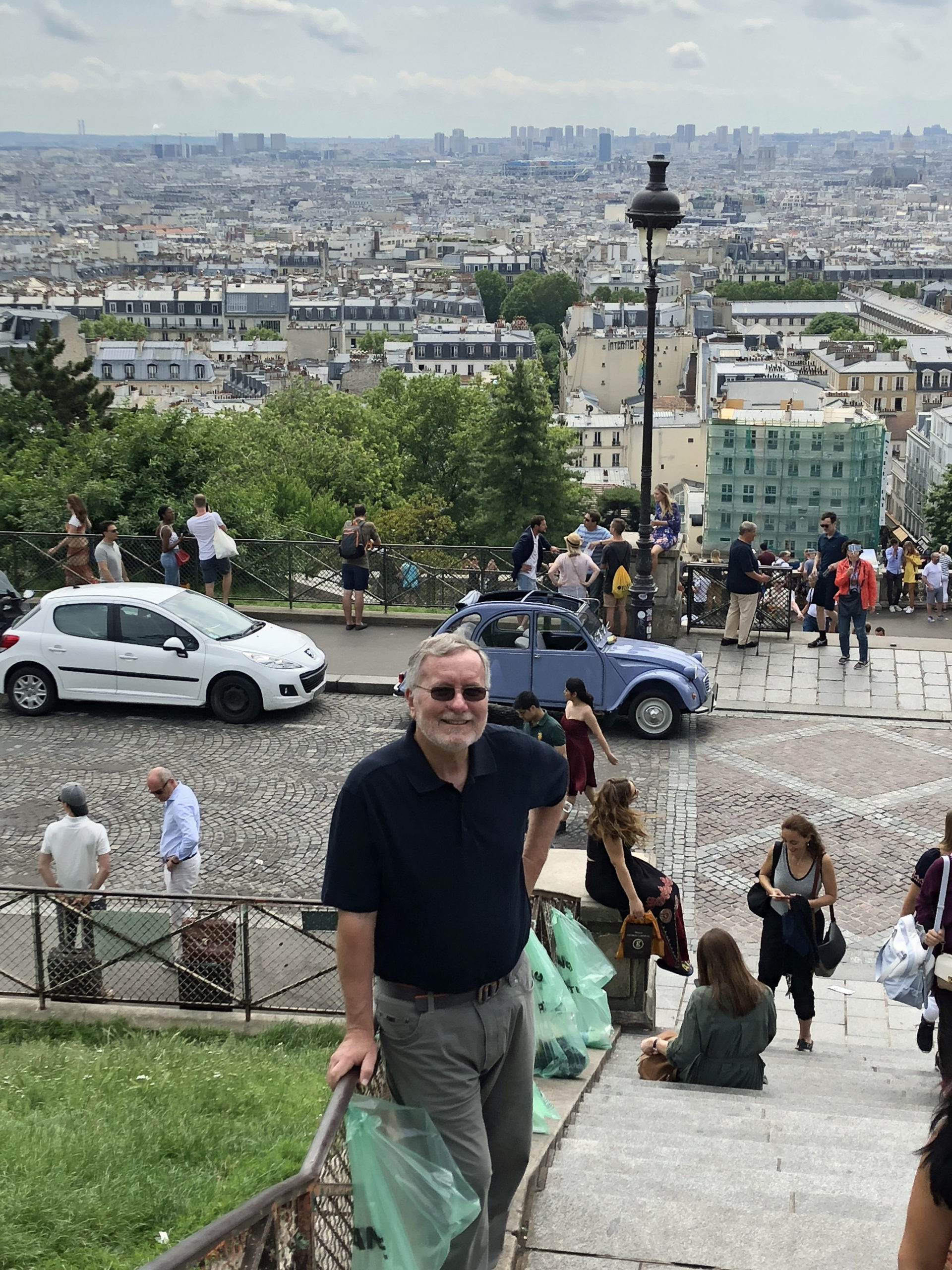 This image has an empty alt attribute; its file name is Deux-cheveaux-in-Montmartre-2018-1-scaled.jpg