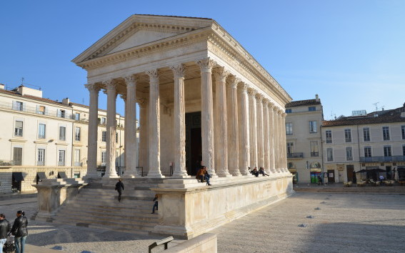 Janelle_Gould_-_Nîmes_-_Maison Carree_-_My_French_Life™