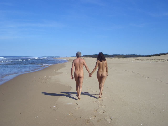 MyFrenchLife™ - MyFrenchLife.org - French nudity attitudes - Cap dAgde - naturist beaches - naked couple on beach