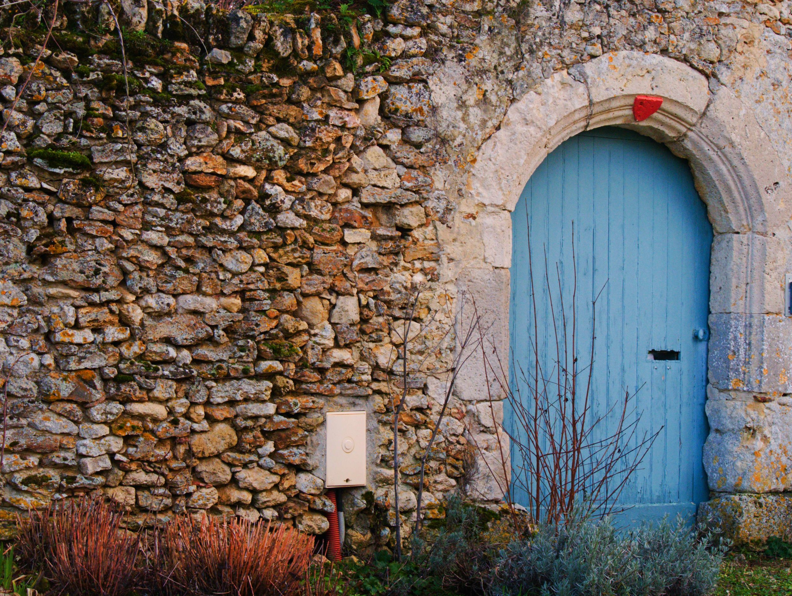 Addicted to detours #2: behind the blue door